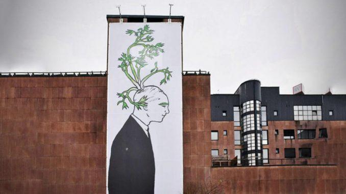 Prikaz rada Helene Klakočar na plakatu na pročelju zgrade tvrtke CROZ, 12 x 4.80 m